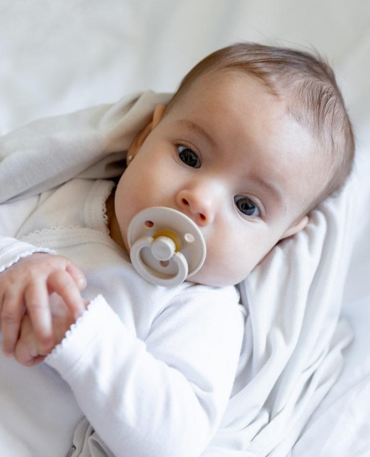 Bebé con chupete Bibs